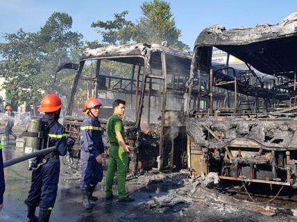 2 xe khách ở bến xe Trung tâm Đà Nẵng bị cháy trơ khung