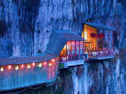 Nhà hàng đá đè, khách phải qua cây cầu thót tim này