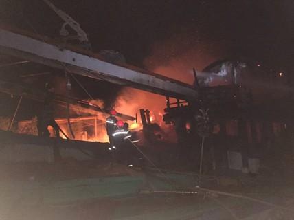 Cháy dữ dội 2 tàu cá khi đang tránh trú bão số 9 ở Bến Tre