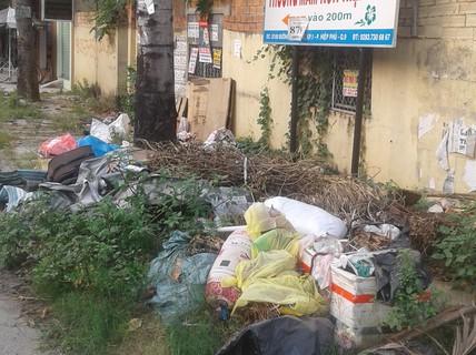 Vỉa hè bị biến thành bãi rác