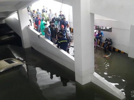 """Cận cảnh giải cứu hàng loạt """"xế hộp"""" tiền tỉ bị ngập nước ở Đà Nẵng"""