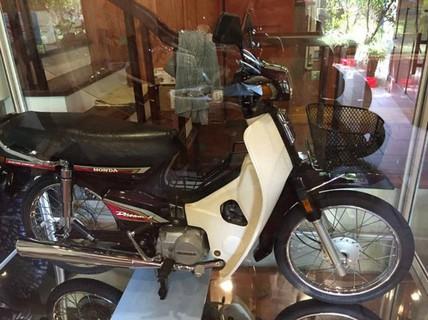 """Honda Dream 1995 """"nhốt"""" trong tủ kính, giá 8 cây vàng"""