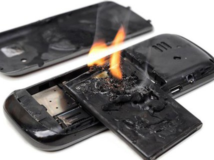 Điện thoại phát nổ khi sạc pin, 1 học sinh nhập viện cấp cứu