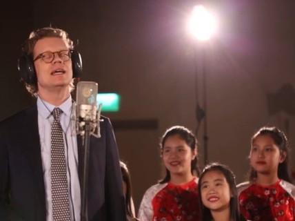 """Cùng nghe Đại sứ Thụy Điển hát """"Happy New Year"""" bằng tiếng Việt"""