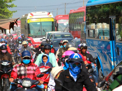 Ô tô đổ về miền Tây, Tiền Giang ùn tắc nhiều nơi