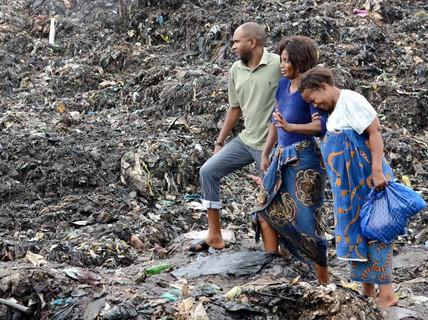 Núi rác đổ sập, vùi chết ít nhất 17 người