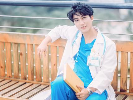Bác sĩ phụ sản đẹp trai chia sẻ bí quyết giữ dáng ngày Tết