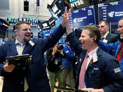 """""""Tắm máu"""" rồi xanh rực, thị trường chứng khoán Mỹ đang tìm đáy?"""