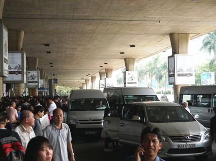 Đi xe 16 chỗ tới đón đúng 1 Việt kiều ở sân bay Tân Sơn Nhất