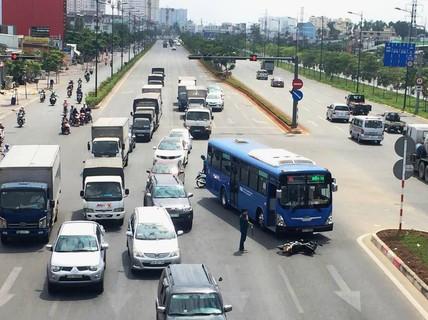 Xe buýt nghi vượt đèn vàng tông văng 1 người cả chục mét