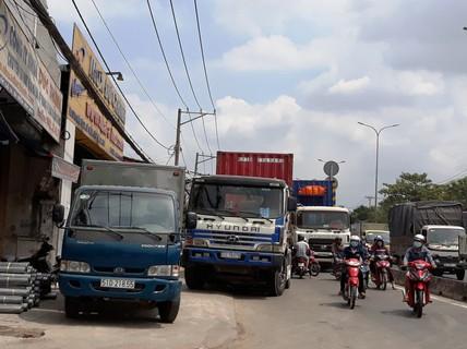 Xe tải giành đường xe máy