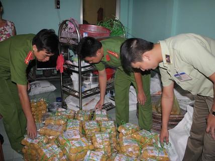 Lại bắt tại trận cơ sở giao mì sợi có chứa hàn the cho khách