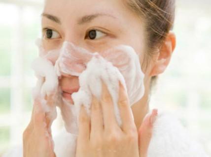 Da nhiều mụn có nên dùng sữa rửa mặt?