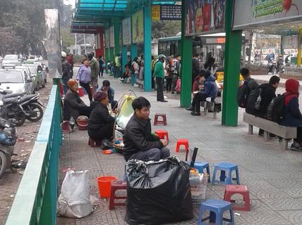 Hàng quán tràn lan chiếm trạm xe buýt