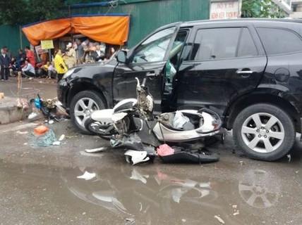 """Xe 7 chỗ SantaFe bỗng """"nổi điên"""" gây tai nạn liên hoàn, 6 người nhập viện"""