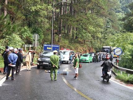 Xe máy đối đầu ô tô trên đèo Prenn, 2 người thương vong