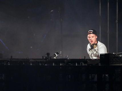 Sao thế giới thương tiếc DJ qua đời ở tuổi 28