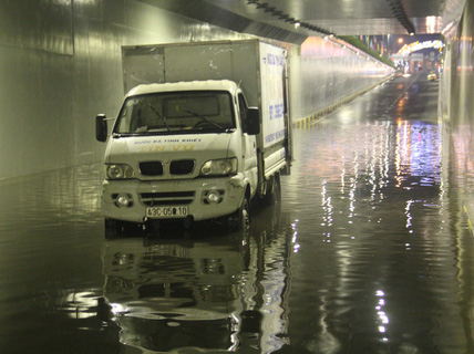Hầm chui trăm tỉ ở Đà Nẵng lại thành sông sau cơn mưa lớn
