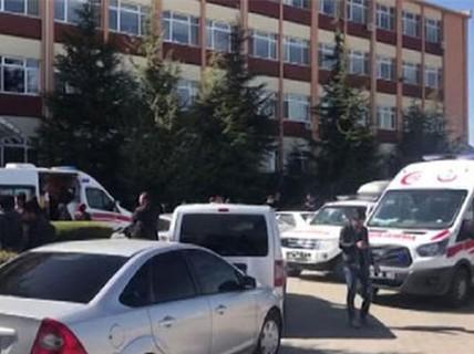 Cầm súng xông vào trường đại học định giết hiệu trưởng?