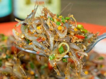 Món gỏi tép nhảy múa trong miệng ở vỉa hè Thái Lan
