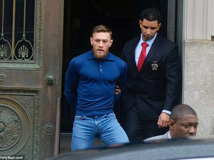 """""""Gã điên"""" Gregor nộp phạt 50.000 USD, hầu tòa vào tháng 6"""