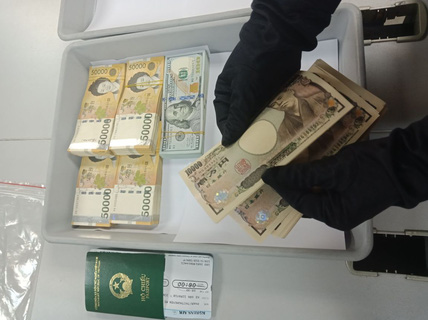 Xách va li tiền sang Hàn Quốc, nữ hành khách bị tạm giữ
