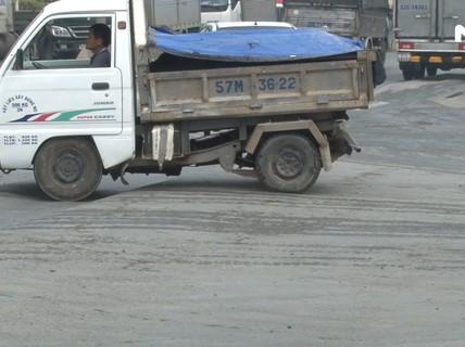 Cận cảnh sụt lún, lồi lõm đường vào cảng Cát Lái