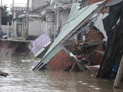 Cần Thơ: 31 tỉ đồng trôi theo nước, ngừng cấp phép nhà trên sông