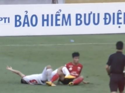 Cận cảnh pha phạm lỗi kinh hoàng với cựu tuyển thủ U20 Việt Nam