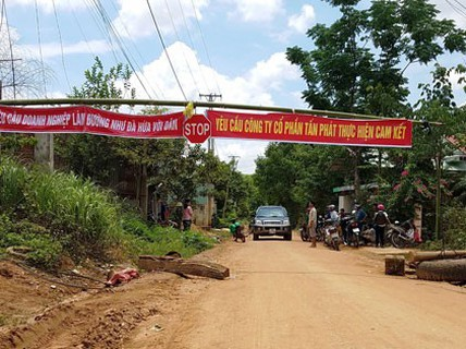 Dân chặn đường xe thi công thủy điện Pleikần