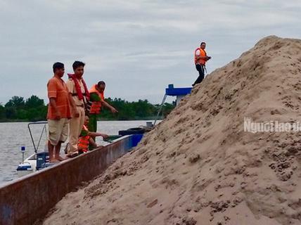 """Liên tiếp phát hiện nghi vấn sà lan tiếp tay cho """"cát tặc"""""""