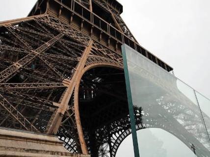 """Tháp Eiffel """"mặc giáp chống đạn"""""""
