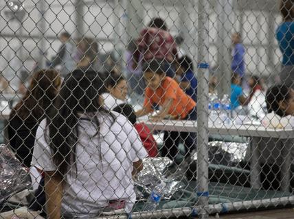 """Nước Mỹ sục sôi vì """"trẻ em trong lồng sắt"""""""