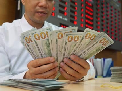 Giá USD tự do tăng nóng, vượt 23.100 đồng/USD