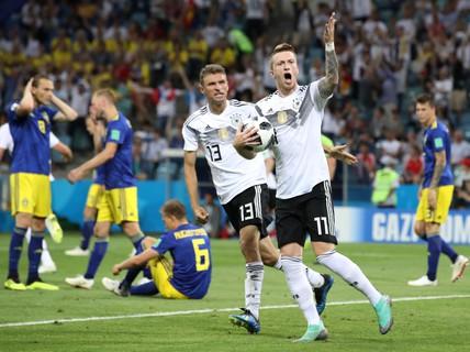 """""""Xe tăng"""" Đức ngạo nghễ hất văng Thụy Điển"""