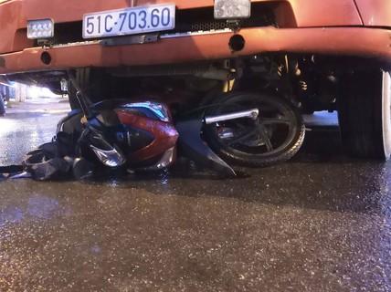 Chồng say chở vợ trên xe máy bị xe đầu kéo cuốn vào gầm