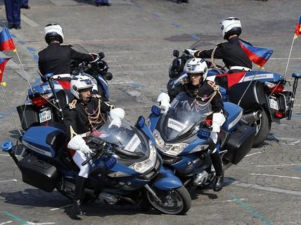 Xe cảnh sát tông nhau trong lễ diễu binh kỷ niệm Quốc khánh Pháp