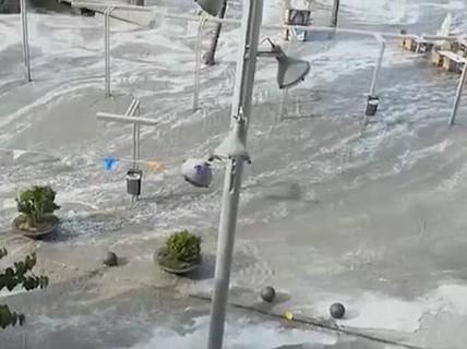 Sóng thần ập vào nhiều bãi biển Tây Ban Nha