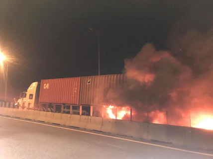 Vụ tai nạn kinh hoàng trên cao tốc: Xe khách tông xe container đang dừng