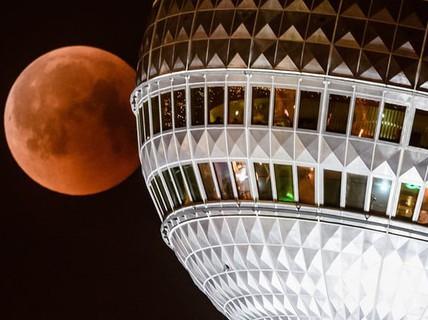 """Cận cảnh """"trăng máu"""" kỳ ảo - nguyệt thực dài nhất thế kỷ"""
