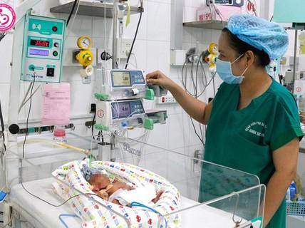 Bé sơ sinh thân tím lạnh được cứu sống kỳ diệu