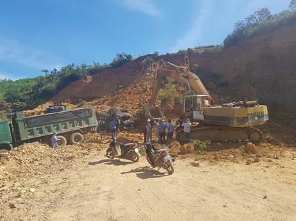 Sập mỏ, 2 tài xế bị vùi lấp cùng 2 xe tải
