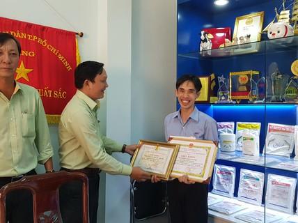 """Khen thưởng """"thầy giáo Bio"""" Hoàng Trọng Khánh"""