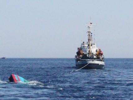 """Bị """"tàu lạ"""" đâm chìm, 6 thuyền viên thoát chết"""