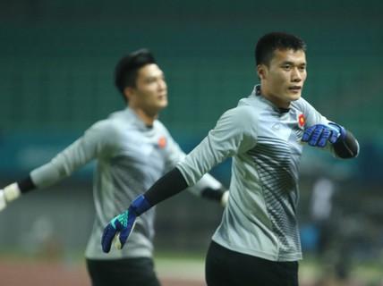 Thủ môn Bùi Tiến Dũng lần đầu bắt chính cho Hà Nội FC
