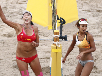 """""""Bỏng mắt"""" xem các nữ VĐV bóng chuyền bãi biển ASIAD"""