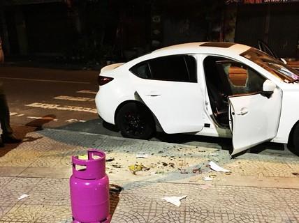 """Thanh niên nghi """"ngáo đá"""" dùng búa đập phá hàng loạt ô tô trên đường"""