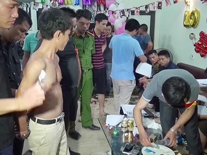 Trác táng trong bữa tiệc sinh nhật vợ bé của đại gia