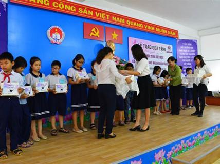 Trao quà, học bổng cho học sinh nghèo