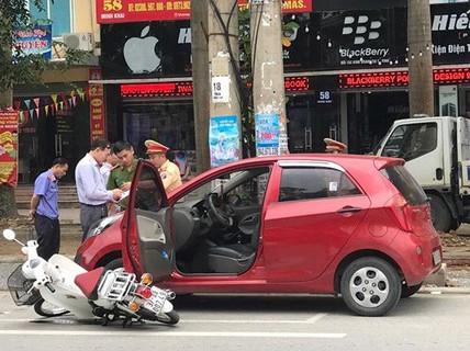 Tài xế ô tô mở cửa bất cẩn, nữ sinh đi xe máy trọng thương